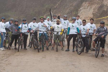ZAMORA REGION, Ecuador-13 július 2013: Lovasok az eső és a sár az Andokban július 13-án, 2013. kormányok Ecuador aktívan népszerűsíti fitness tevékenységek. Sajtókép