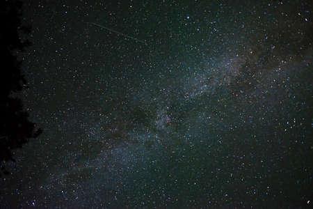 noche estrellada: cielo nocturno estrellado. Foto de archivo
