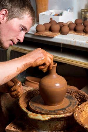 alfarero: manos de un alfarero, creando una vasija de barro Foto de archivo
