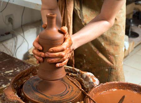 alfarero: alfarero, creando una vasija de barro Foto de archivo