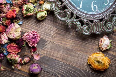 flores secas: Marco abstracto de vacaciones con p�talos de rosa y flores secas en platos de madera viejos.