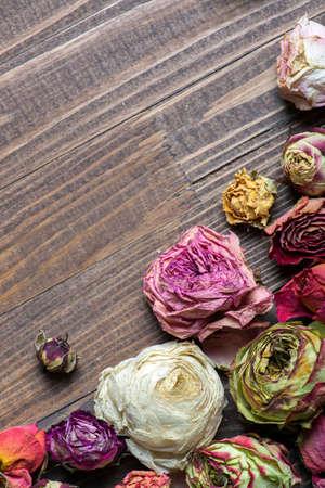 fiori secchi: Holiday frame astratto con petali di rose e fiori secchi sul piatti di legno. Archivio Fotografico