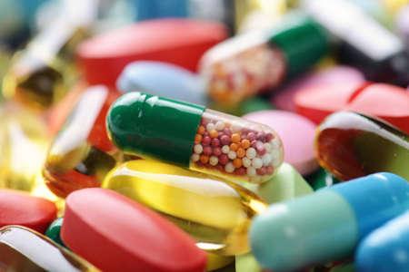 pastillas: p?ldoras aisladas sobre fondo blanco Foto de archivo