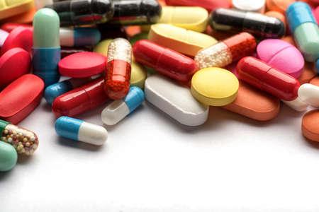 Tema de farmacia. Píldoras y cápsulas aisladas multicolores