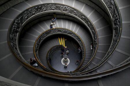 down the stairs: Escaleras de caracol en el Museo Vaticano, vista superior en unos cuantos turistas