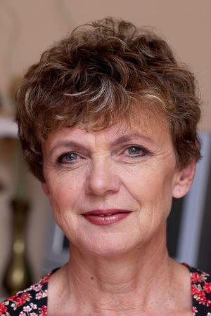 Starszy przystojny uśmiechnięty modelu makeup
