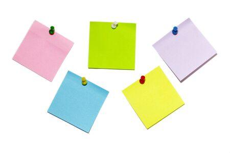 Pięć kolorowych naklejki notatki z replikacji wypychanej pinów samodzielnie nad białym tle