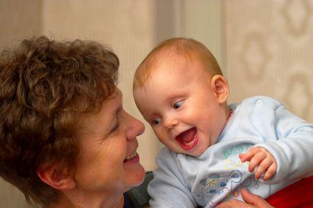 Baby i babcia uśmiechając się i śmiejąc się do siebie Zdjęcie Seryjne