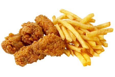 alitas de pollo: Alas de pollo asado y papas a la francesa aisladas sobre fondo blanco