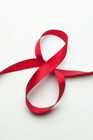 Uroczystość Red prezent na Wstążce w kształcie 8 cyfry na białym tle