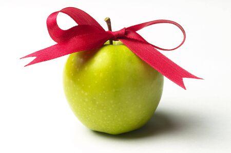 Zielony dziobu apple i Czerwona wstążka samodzielnie nad białym tle