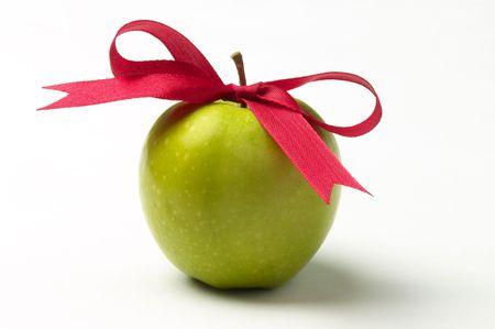 Zielony dziobu jabłoni i czerwona Wstążka wyizolowanych nad białym tłem