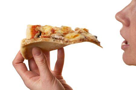 Pizza plasterek w ludzkiej dłoni wyizolowanych nad białym tłem