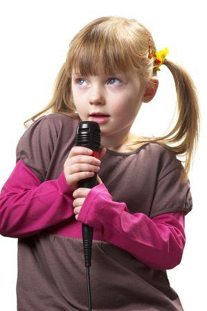 keep silent: Bambina divertente, cantando con microfono isolato su sfondo bianco