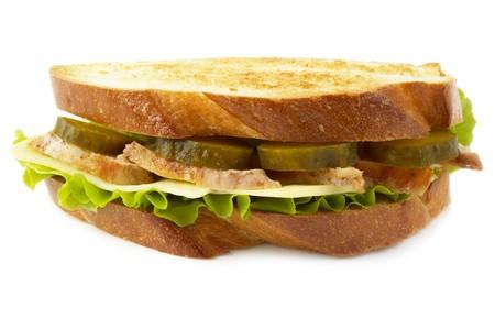 sottoli: Sandwich con cetriolo fritto di pollo e pickle isolato su sfondo bianco