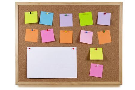 corcho: Tablón de Oficina de Cork con notas en blanco pegatina coloridos aislados sobre fondo blanco