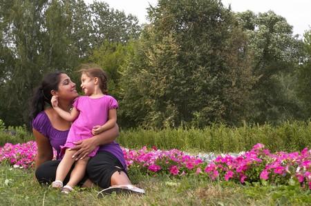 Matka i córka niewiele w ogrodzie miasta
