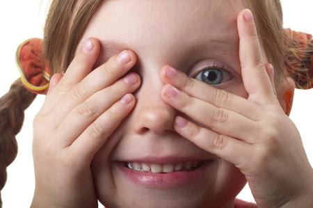 Kleines Mädchen peeping durch Hand mit einem Auge isolated over white background