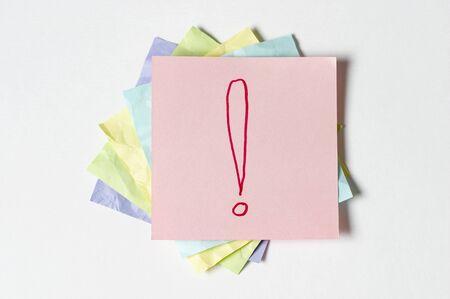 Autocollant notes avec le signe d'exclamation sur fond blanc Banque d'images