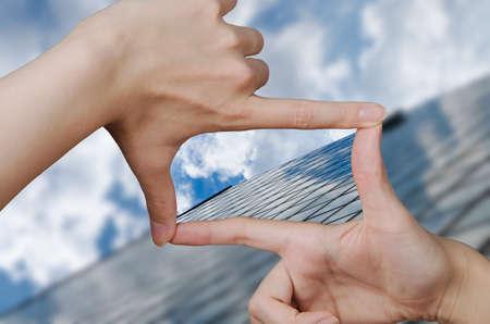 vision futuro: fuera del edificio del asunto de enfoque y los dedos, creando una plaza haciendo la visi�n clara