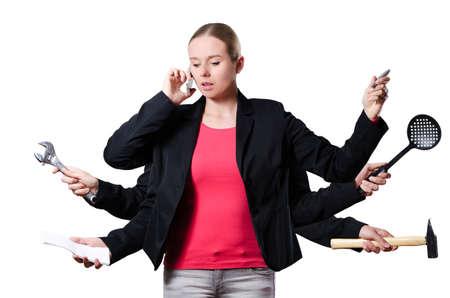 femme blonde de travail sur de nombreux emplois différents avec des outils différents en même temps sur un fond blanc Banque d'images