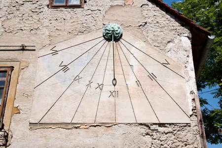 reloj de sol: Zagreb, Croacia - alrededor de 2016: Reloj viejo reloj de sol o el sol en el lado de una casa en la calle Tkal?i?eva en Zagreb, Croacia