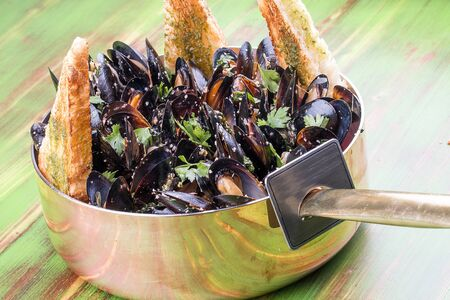 Mussels cooked with white wine. In copper utensils. Imagens