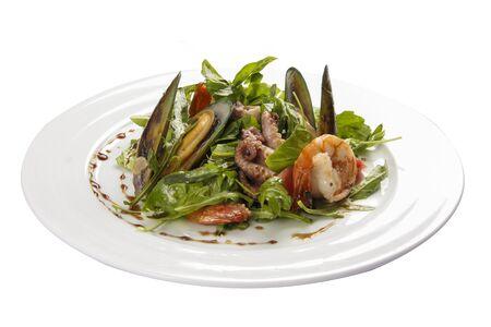Ensalada de mariscos. Un plato tradicional español. Sobre un fondo blanco Foto de archivo