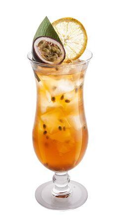 De originele cocktail van passievrucht op witte achtergrond