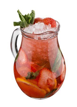 Limonade mit Erdbeeren und Minze im Glaskrug auf weißem Hintergrund