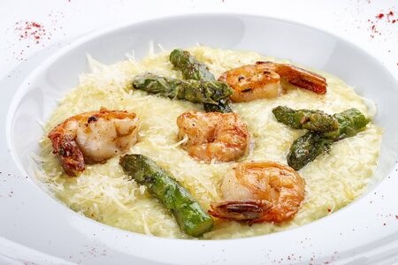 Risotto with parmesan cheese, asparagus and shrimp 免版税图像