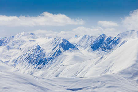 montañas nevadas: Vista panorámica en las montañas nevadas