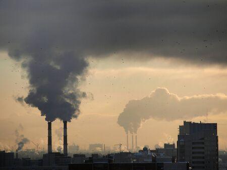 contaminacion aire: Fotograf�a en colores de naves industriales al atardecer