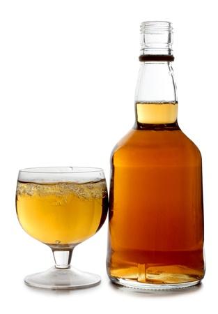 botella de whisky: Fotograf�a en color de cristal con disparos de whisky