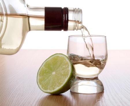 Kleur foto van een glas tequila en citroen