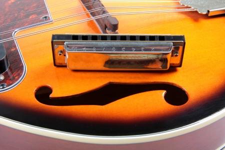 mandolino: Foto a colori di un mandolino e arpa in stile country
