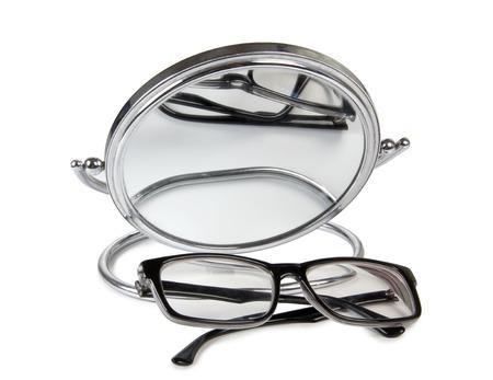 uomini di colore: Occhiali neri e specchi su sfondo bianco