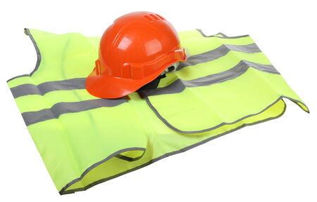 zichtbaarheid: Bouw helm en een hoge zichtbaarheid vest op een witte achtergrond