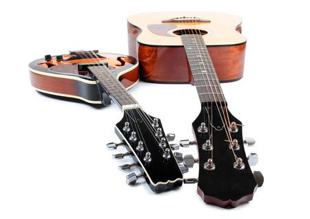 mandolino: Mandolino e chitarra in stile rustico su sfondo bianco Archivio Fotografico