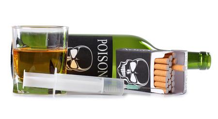 bebidas alcohÓlicas: Paquete de cigarrillos y una botella de vino