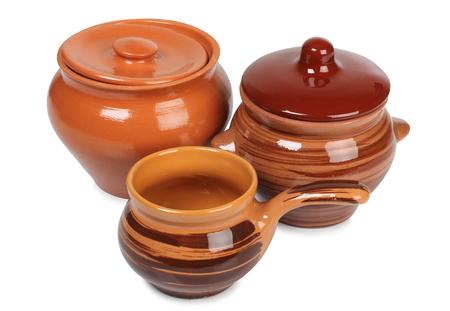 ollas de barro: Olla de cerámica vieja en un fondo blanco