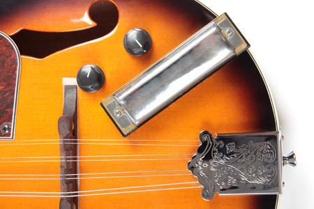 arpa: Mandolina y arpa en estilo rústico en el fondo blanco Foto de archivo