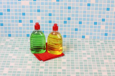 lavar platos: Productos de protección y limpieza en el fondo de azulejos Foto de archivo