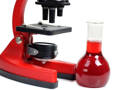 Mikroskop für biologie und flaschen auf weißem hintergrund