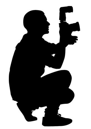 Hombre con una cámara sobre fondo blanco.