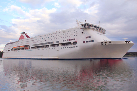 Large cruise liner Imagens - 127885346