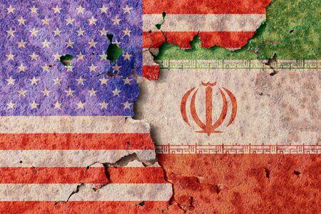 Iran e bandiera americana sulla superficie di metallo arrugginito. Conflitto militare in Medio Oriente