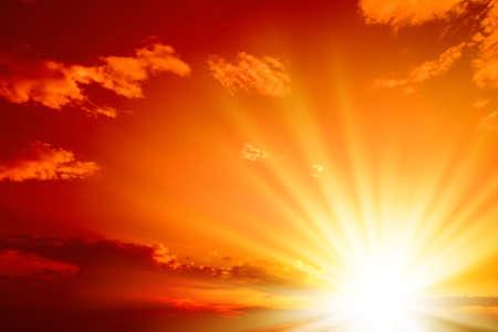 puesta de sol: Rojo atardecer, ricos nubes oscuras, rayos de luz