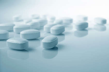 farmacia: Tema de Farmacia, tabletas de medicina blanca pastillas antibióticas. Foto de archivo