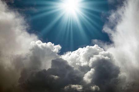 I raggi del sole nel cielo blu, tra le nuvole Archivio Fotografico